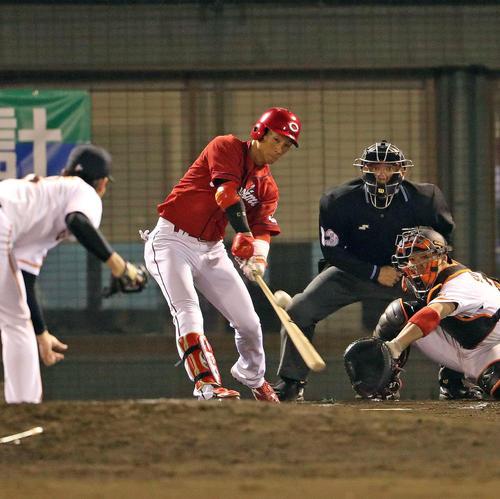 巨人対広島 7回表広島1死二塁、代打西川は右中間に適時打を放つ(撮影・松本俊)
