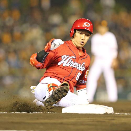 巨人対広島 7回表広島1死二塁、西川は右中間に同点となる適時三塁打を放つ(撮影・梅根麻紀)