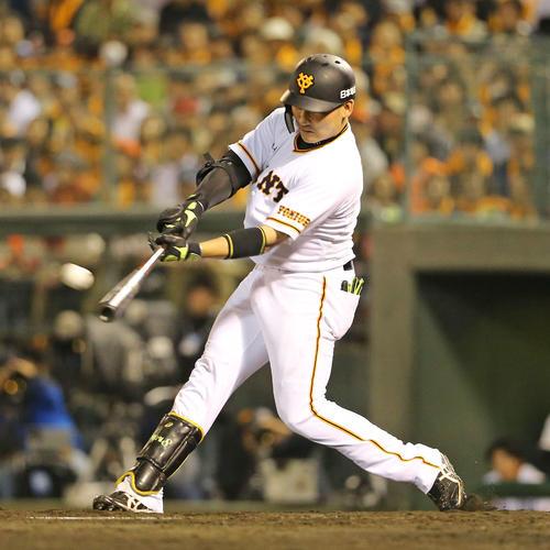 巨人対広島 8回裏巨人1死一塁、丸は右越え2点本塁打を放つ(撮影・梅根麻紀)