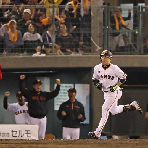 巨人対広島 8回裏巨人1死一塁、丸は右越え2点本塁打を放ち、ガッツポーズする原監督の前を一塁に向かう(撮影・松本俊)