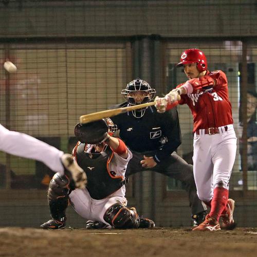 巨人対広島 9回表広島2死三塁、菊池涼は右翼線適時二塁打を放つ(撮影・松本俊)