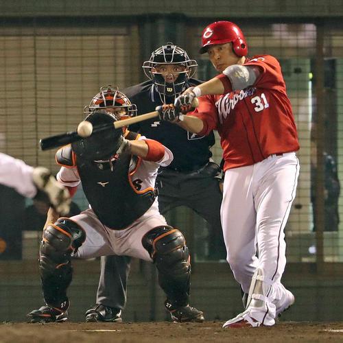 巨人対広島 9回表広島2死二塁、石原は中前適時打を放つ(撮影・松本俊)