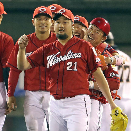 巨人対広島 捕手石原(右)は菊池涼(同2人目)に抱きつかれ笑顔を見せる。手前は中崎(撮影・松本俊)