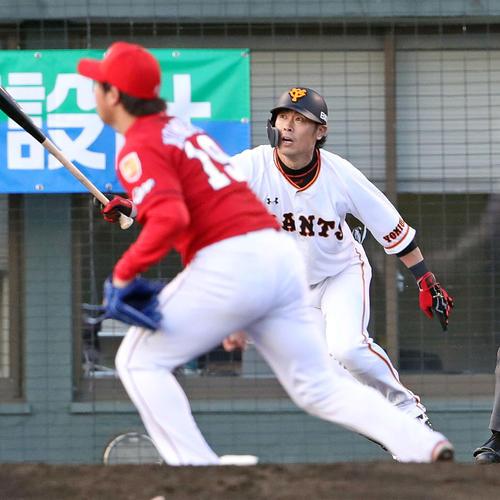 巨人対広島 1回裏巨人2死二、三塁、亀井は先制右翼線2点適時二塁打を放つ。投手野村(撮影・松本俊)