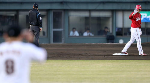 巨人対広島 2回表広島無死一、二塁、二塁走者長野(右)は中堅の守備位置に就く丸へ笑顔であいさつする(撮影・松本俊)