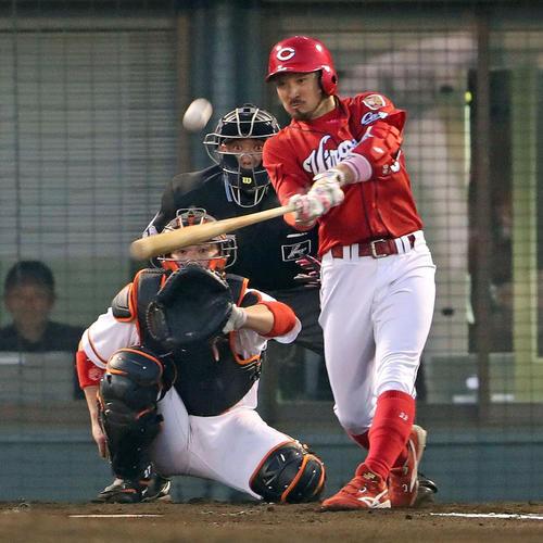 巨人対広島 3回表広島無死、菊池涼は左越えソロ本塁打を放つ(撮影・松本俊)