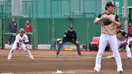 イースタン・リーグ楽天対日本ハム 9回裏、一塁でリードをとる楽天西巻(左)