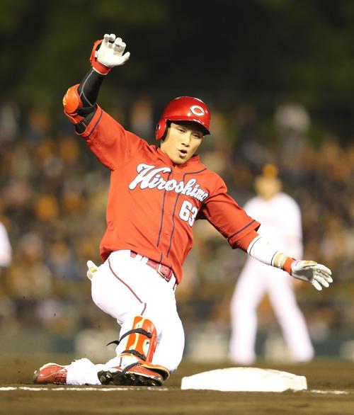 巨人対広島 7回表広島1死二塁、代打西川は右中間に長打を放ち三塁へ滑り込む(撮影・梅根麻紀)
