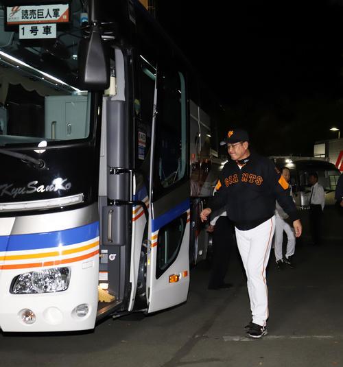 巨人対広島 広島に敗れた巨人原監督は足早に帰りのバスに乗り込む(撮影・垰建太)