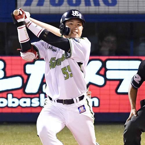ヤクルト対阪神 7回裏ヤクルト2死、左中間へ本塁打を放つ村上(撮影・横山健太)