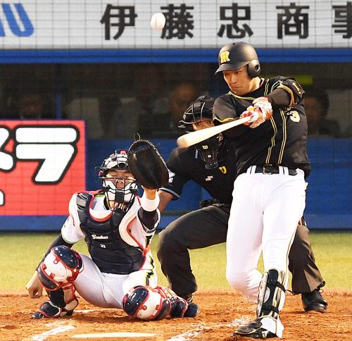 ヤクルト対阪神 1回表阪神1死一、二塁、左越え3点本塁打を放つ大山(撮影・横山健太)