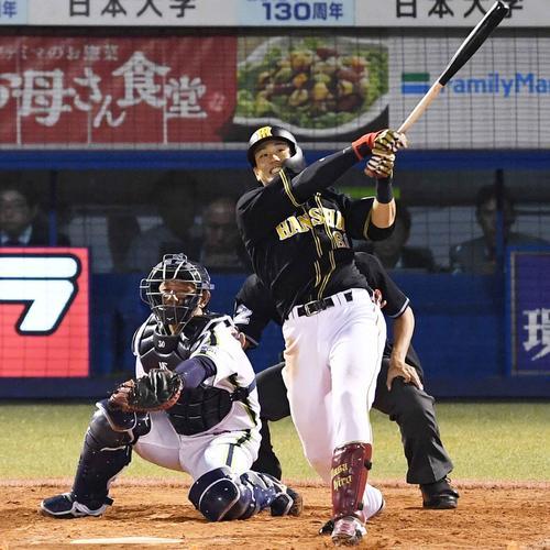 ヤクルト対阪神 4回表阪神2死二塁、左越え2点本塁打を放つ中谷(撮影・横山健太)