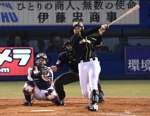 ヤクルト対阪神 3回表阪神無死、左越え本塁打を放つ大山(撮影・横山健太)