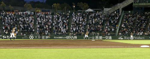 オリックス対日本ハム 横尾(右)が一、二塁間後方を守るオリックス吉田正尚シフトの守備位置(撮影・佐藤翔太)