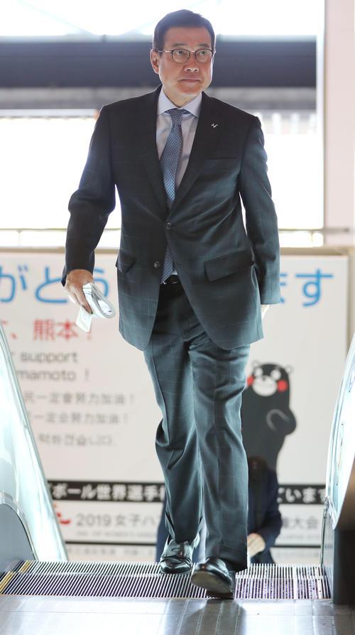 熊本空港を移動する巨人原辰徳監督(撮影・垰建太)