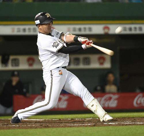 オリックス対日本ハム 7回裏オリックス1死二塁、頓宮はプロ1号となる左越え2点本塁打を放つ(撮影・渦原淳)