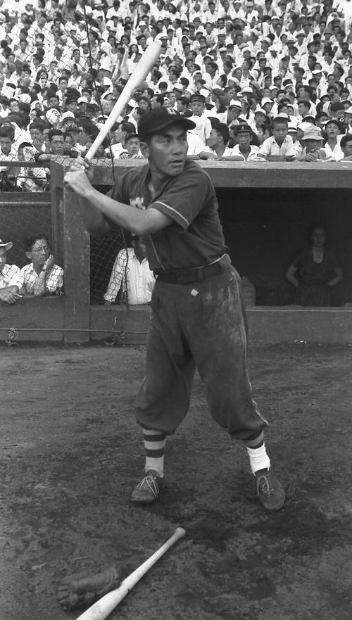 大阪タイガースの藤村富美男(1949年2月15日撮影)