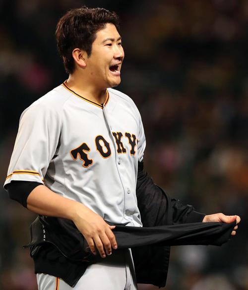 阪神対巨人 5回表終了、菅野はベンチに向かって大声を出す(撮影・松本俊)