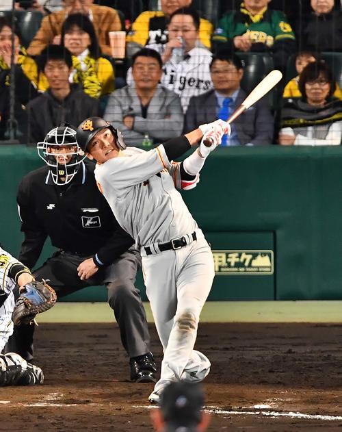 阪神対巨人 8回表巨人2死一塁、坂本勇は中越え2点本塁打を放つ(撮影・上田博志)