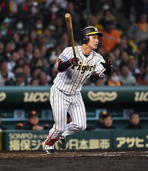阪神対巨人 9回裏阪神2死一、三塁、木浪は1号の右越え3点本塁打を放つ(撮影・奥田泰也)