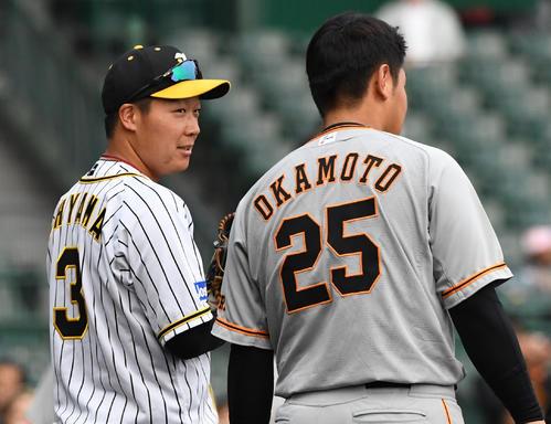 阪神対巨人 練習中、大山悠輔(左)は岡本和真と話す(撮影・奥田泰也)