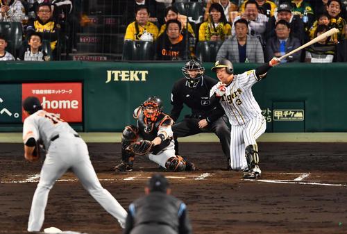 6回裏阪神2死一、二塁、空振り三振に倒れる大山悠輔(撮影・上田博志)