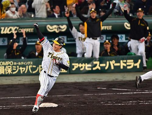 7回裏阪神2死一、三塁、菅野智之から右越えに3点本塁打を放つ木浪聖也(撮影・上田博志)