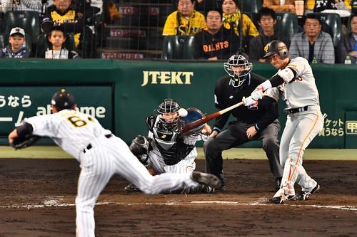 8回表巨人2死一、二塁、右中間へ2点適時三塁打を放つ山本泰寛(撮影・上田博志)