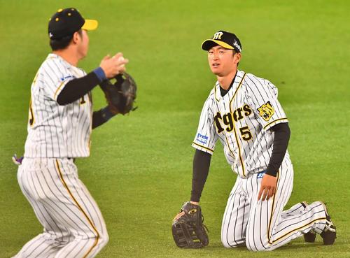 8回表巨人2死三塁、小林誠司の飛球をエラーする近本光司(撮影・上田博志)