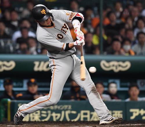 8回表巨人2死一塁、坂本勇人は中越え2点本塁打を放つ(撮影・奥田泰也)