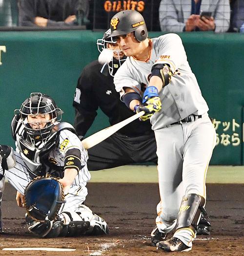 阪神対巨人 2回表巨人1死一、二塁、左越え先制3点本塁打を放つ小林誠司(撮影・上田博志)