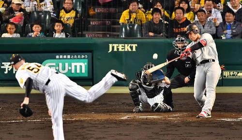 5回表巨人無死、左越えソロ本塁打を放つ岡本和真(撮影・上田博志)