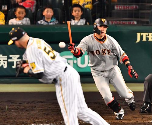 5回表巨人無死、亀井の打球を体に当てるメッセンジャー(撮影・上田博志)