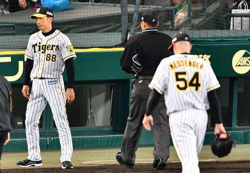 5回表巨人無死一、二塁、メッセンジャーを交代させる矢野監督(撮影・上田博志)