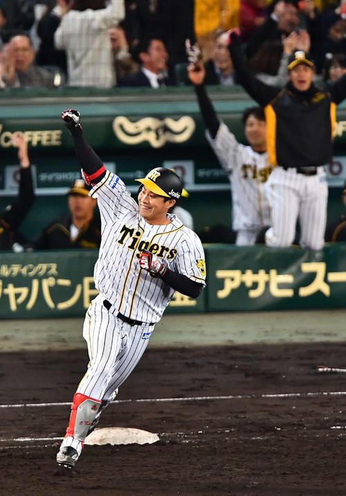阪神対巨人 7回裏阪神2死一、三塁、菅野智之から右越えに3点本塁打を放つ木浪聖也(撮影・上田博志)