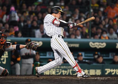 阪神対巨人 9回裏阪神2死一、三塁、木浪聖也は右越え3点本塁打を放つ(撮影・奥田泰也)