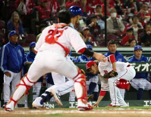 5回表DeNA1死二塁、打者ソトの時、暴投した球を拾い本塁へ送球する大瀬良大地。捕手会沢翼(撮影・栗木一考)