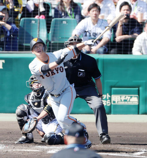 阪神対巨人 2回表巨人1死一塁、石川は中越え2点本塁打を放つ(撮影・加藤哉)