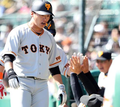 阪神対巨人 2回表巨人1死一塁、先制中越え2点本塁打の石川(左)は出迎えのハイタッチが途中でなくなり驚きの表情を浮かべる(撮影・松本俊)