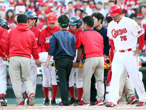 8回裏広島1死三塁、代打松山竜平は死球を受け担架で運ばれる(撮影・栗木一考)