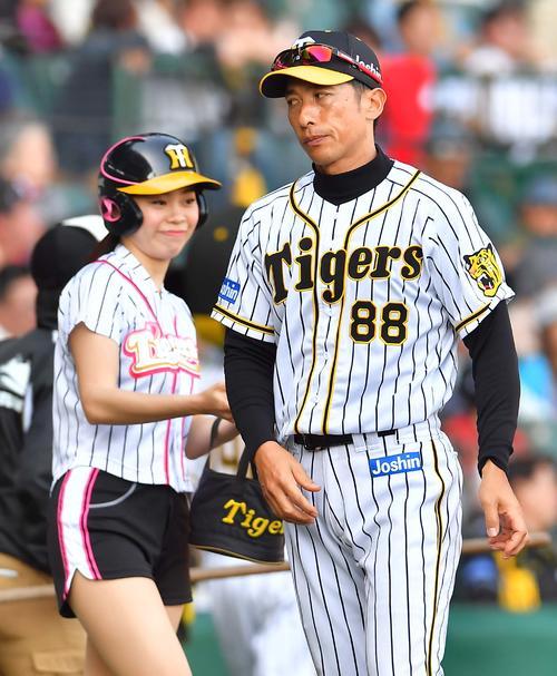 阪神対巨人 8回、投手交代を告げる矢野監督(撮影・上田博志)