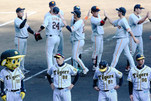 阪神対巨人 矢野監督(手前左)は巨人に完封負けを喫し、険しい表情を見せる(撮影・上山淳一)