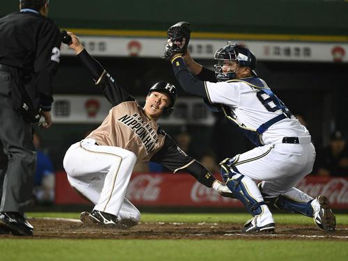 18日のオリックス対日本ハム 9回表日本ハム2死二、三塁、大田の遊ゴロをメネセスが捕球ミスする間に二塁走者鶴岡も生還する。捕手山崎勝(撮影・渦原淳)