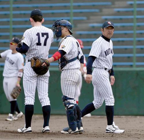 富士大対ノースアジア大 3回表2死一塁、三塁でバッテリーに声をかけるノースアジア大・山中監督(右)