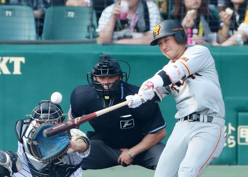 阪神対巨人 7回表巨人2死二塁、山本は左越え適時三塁打を放つ(撮影・加藤哉)