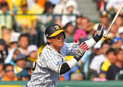 阪神対巨人 5回裏阪神1死、右翼線へ二塁打を放つ陽川尚将(撮影・上田博志)