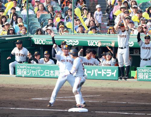 阪神対巨人 7回表巨人2死二塁、山本の左越え適時三塁打に大喜びする左から2人目の原監督とナインたち(撮影・加藤哉)