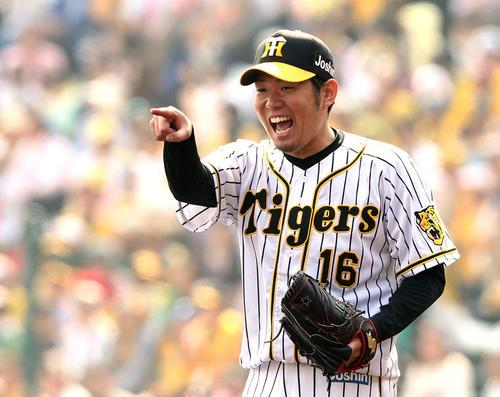 阪神対巨人 3回表巨人1死、西は坂本勇の打球を好守した遊撃木浪に笑顔で指さして声を掛ける(撮影・松本俊)