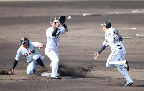 阪神対巨人 4回表巨人無死一塁、木浪(右)は岡本の打球を捕球し二塁カバーの糸原へトスする、一走はビヤヌエバ(撮影・加藤哉)