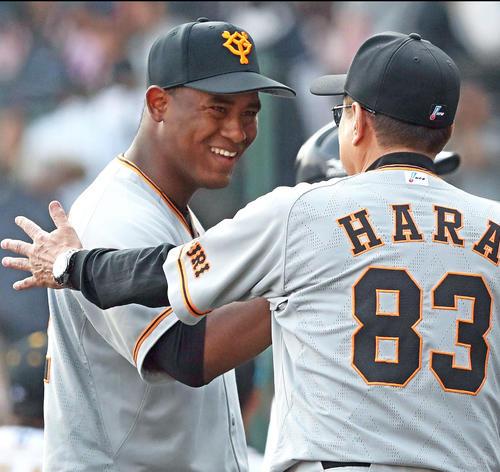 7回無失点で勝利投手のメルセデス(左)は原監督に迎えられて笑顔を見せる(撮影・松本俊)